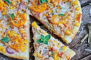 Белая пицца с соусом песто и овощами